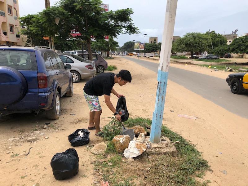 セネガルでゴミ拾いする男性