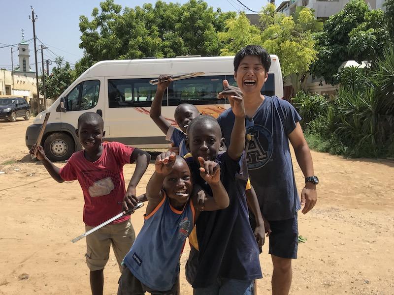 セネガル人の子供と日本人男性の笑顔