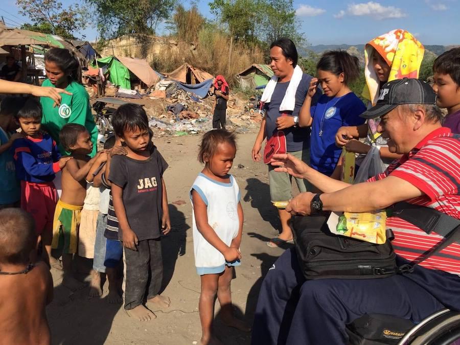 列に並ぶフィリピンの子どもたち