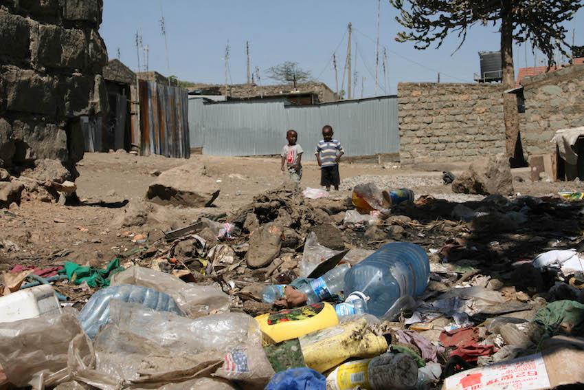 ケニア道のゴミイメージ画像